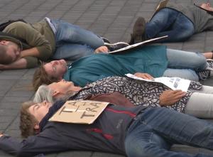 Er liggen mensen op de grond bij Schiphol